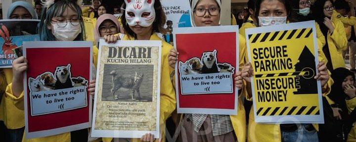 Mahasiswa UI demo soal kebijakan penertiban hewan liar oleh rektorat yang dinilainya tidak adil/foto:tempo.co