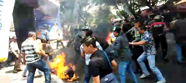 Polisi Dibakar Massa Saat Demo di Pemkab Cianjur