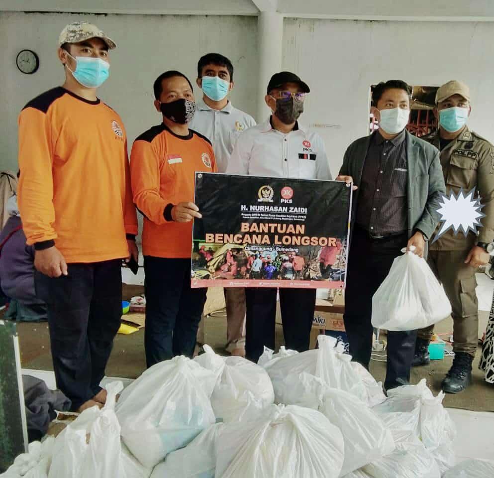 Aleg PKS, H. Nurhasan Zaidi menyalurkan bantuan di Posko Relawan PKS Bencana Banjir dan Tanah Longsor Cimanggung, Rabu (13/1/2021). (Foto: Humas PKS)