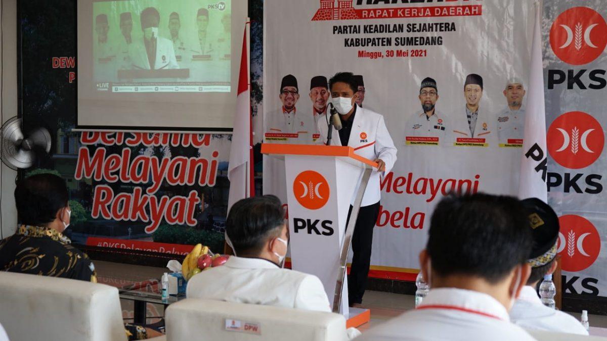 KETUA PKS Sumedang Yana (podium) memberikan sambutan pada Rakerda DPTD PKS Sumedang Periode 2020-2025, Minggu.