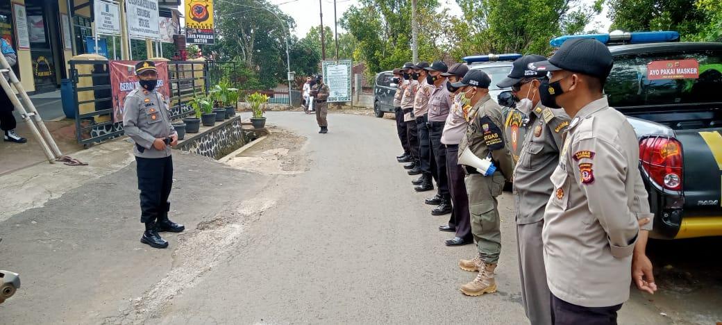APEL : Kapolsek Cibugel IPTU Ucu Abdurahman saat memimpin apel persiapan penyekatan barikade jalan