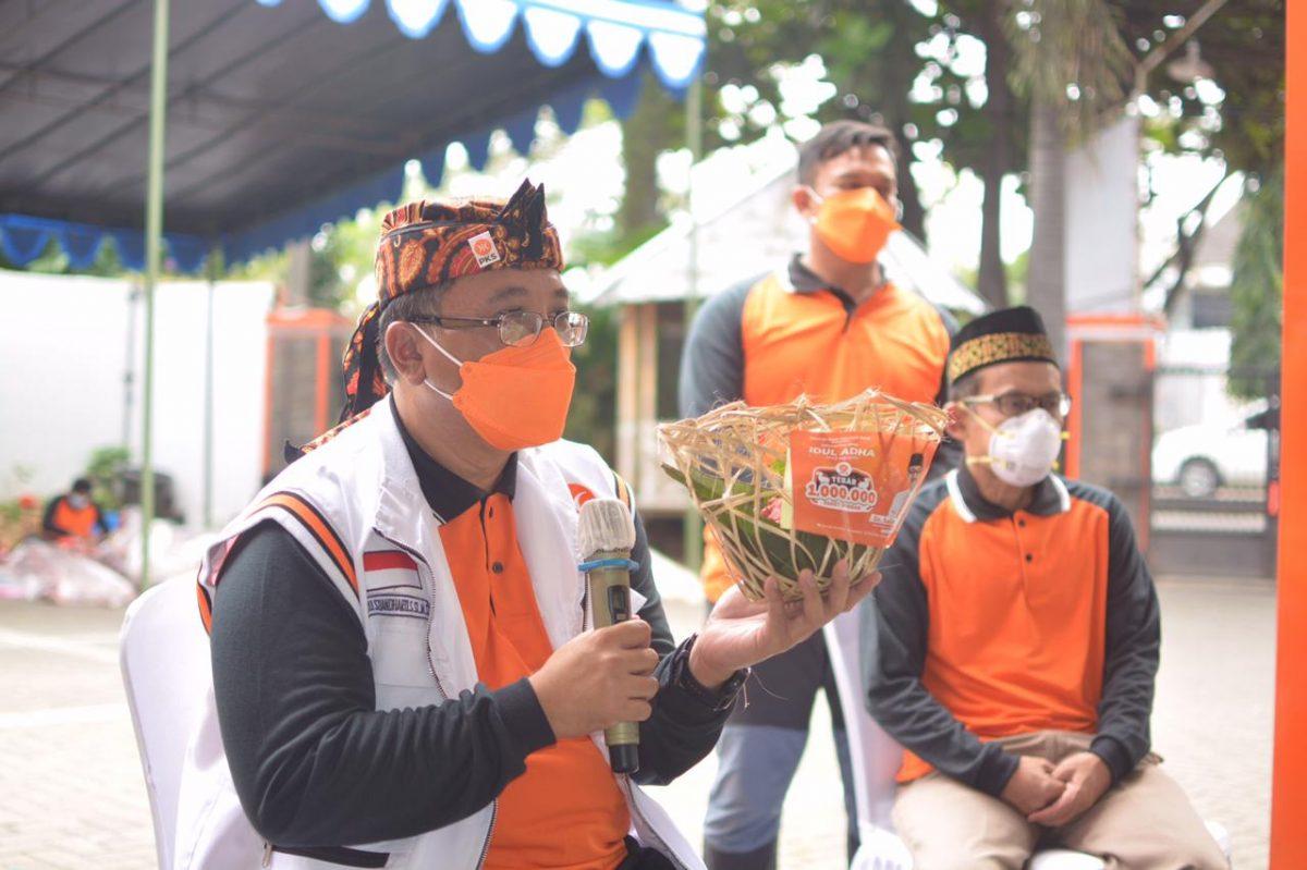 Ketua DPW PKS Jawa Barat saat membagikan paket Daging Qurban (Foto : Humas PKS)
