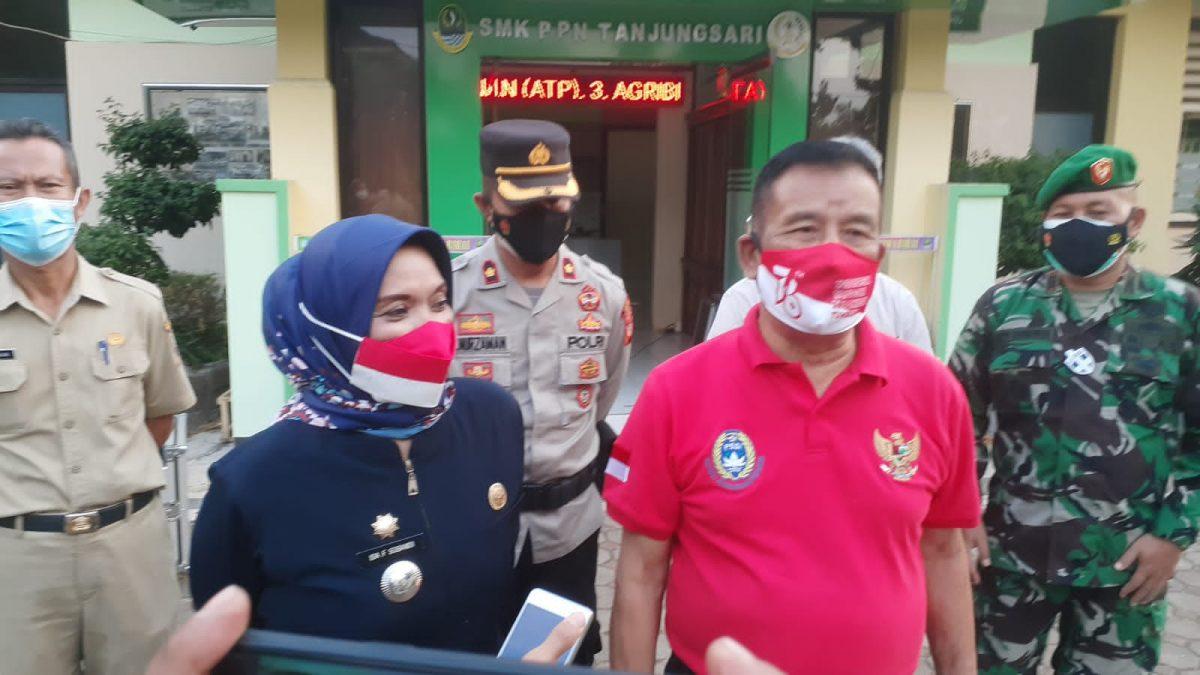 H. Umuh Muchtar didampingi Forkopimcam Tanjungsari saat diwawancarai seusai menghadiri pengukuhan Paskibraka Tanjungsari