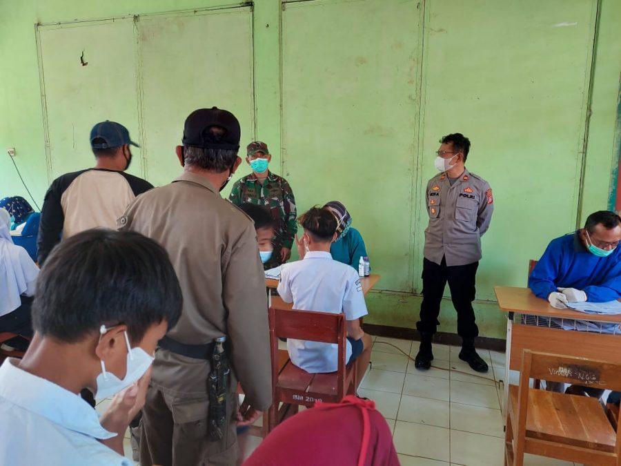 MONITORING : Kapolsek Cibugel IPTU Ucu Abdurahman saat meninjau pelaksanaan vaksinasi di SMPN 1 Cibugel